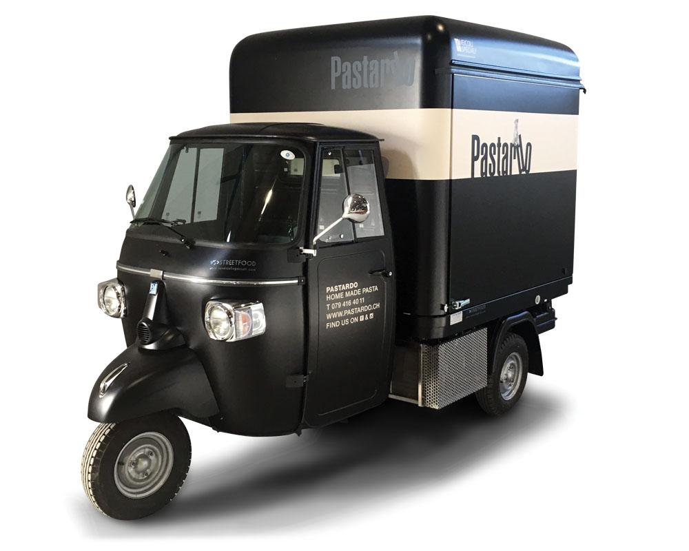 Pastardo è un'Ape Piaggio cucina mobile per vendita ambulante di pasta fresca italiana. Modello V-Curve, colore nero, venduta a Basilea in Svizzera