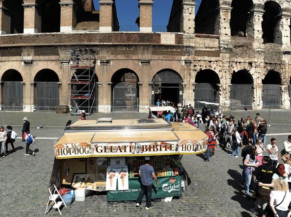 chiosco commercio ambulante a roma vicino al colosseo