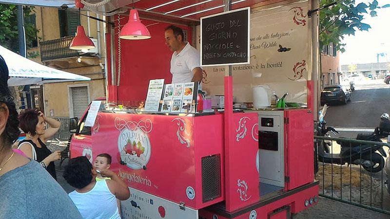acquistare un food truck è meglio di usare banchi mercato, gazebo, stand e istallazioni temporanee per vendere cibo di strada