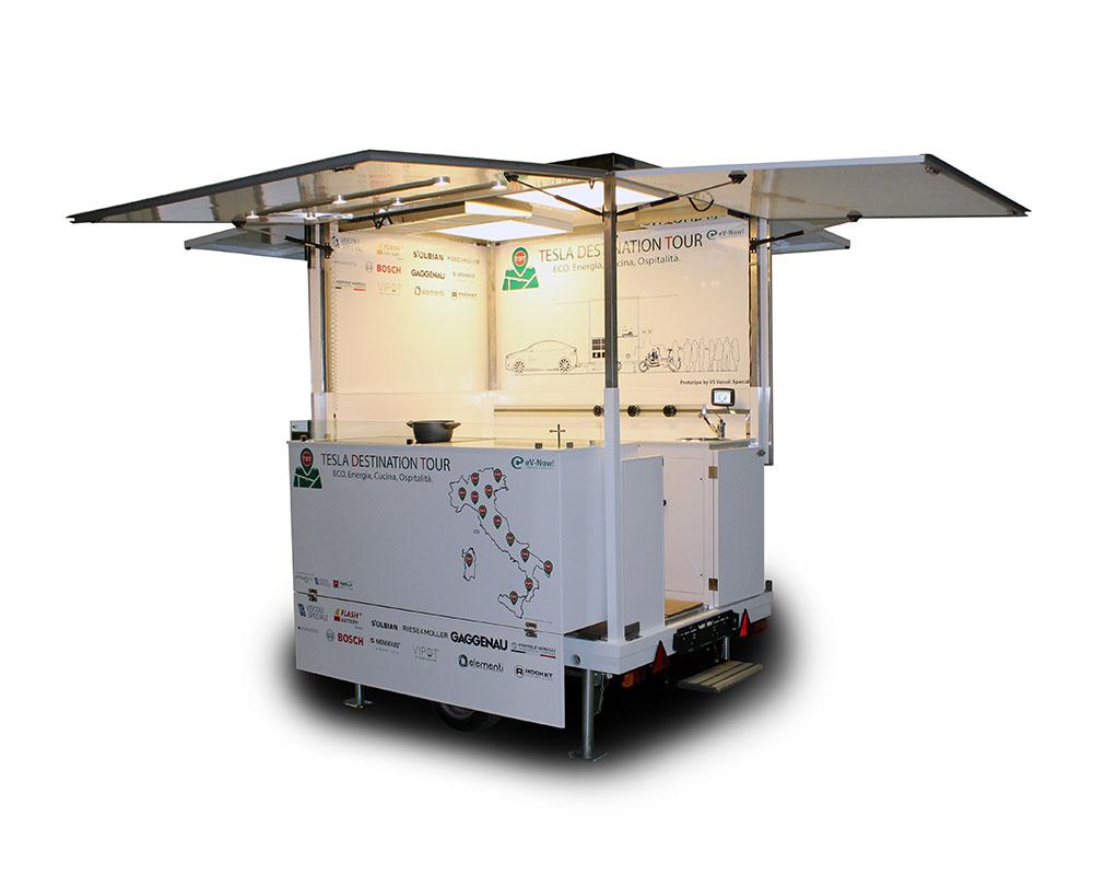 carrello rimorchio street food con pannelli fotovoltaici per alimentare cucina e apparati elettrici