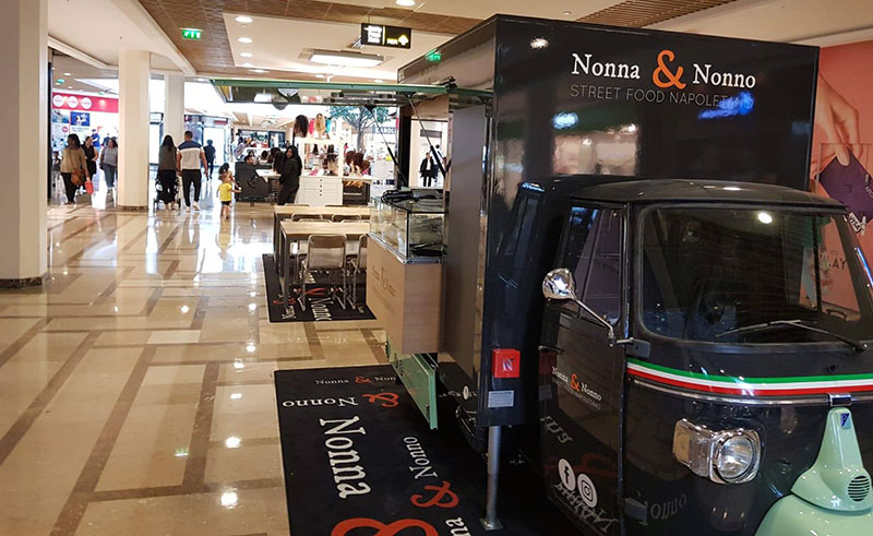 ape tr food truck nel centro commerciale in francia