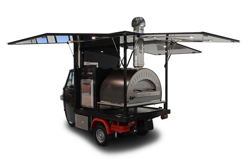 ape piaggio food truck pizzeria itinerante di colore nero con forno a legna e gas e canna fumaria