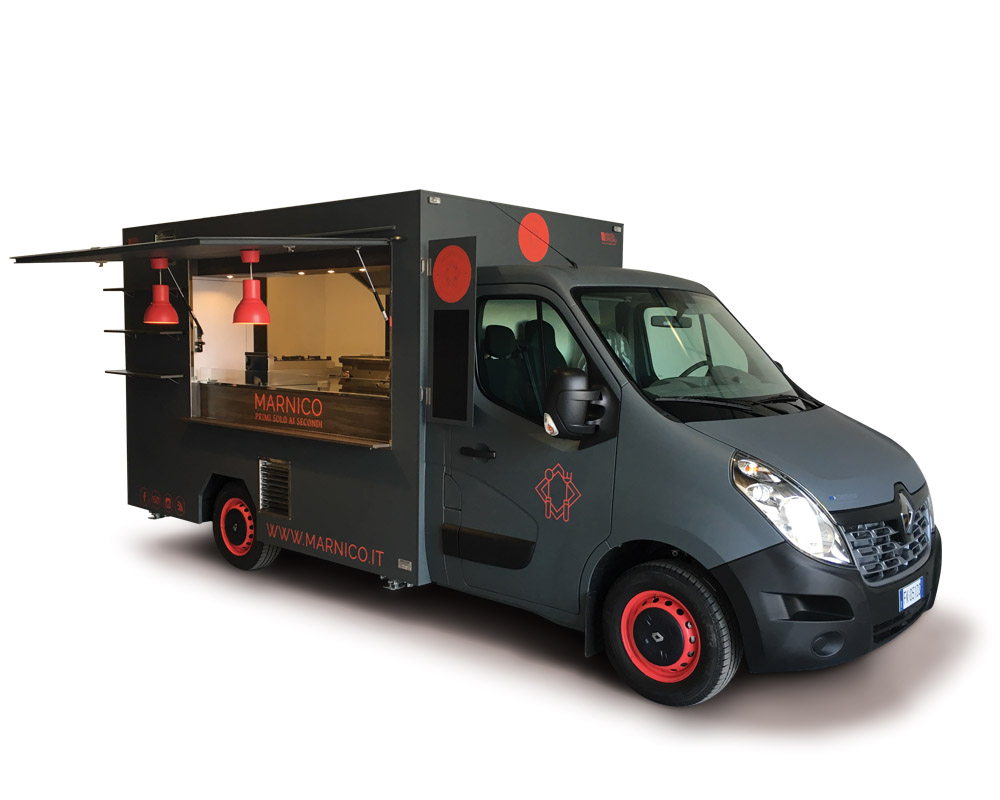 Food truck aménagé avec une cuisine professionnelle pour vendre des pâtes italiennes (bigoli sorte de spaguettis)