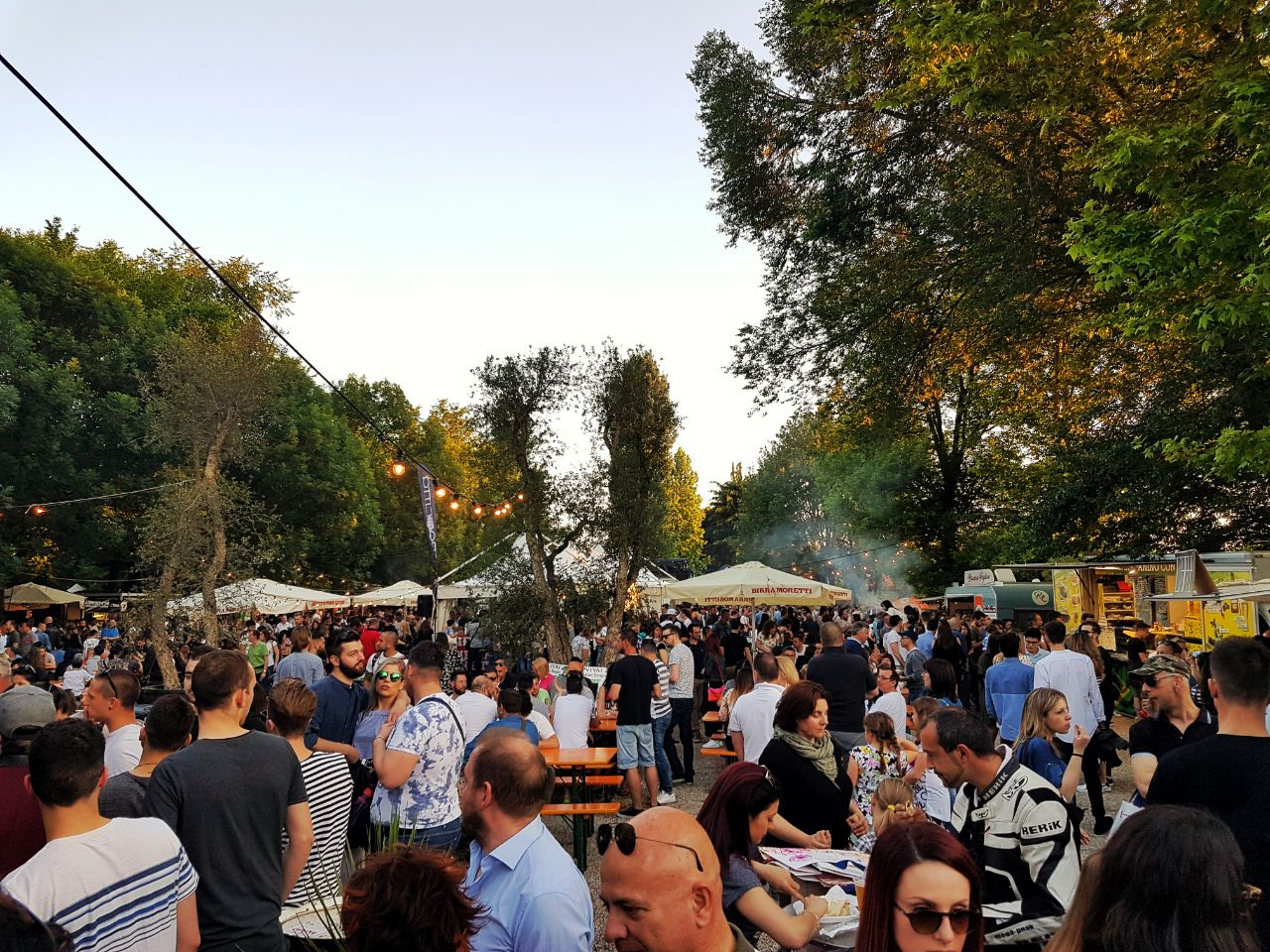 Mangia street food festival con food truck e tanta gente