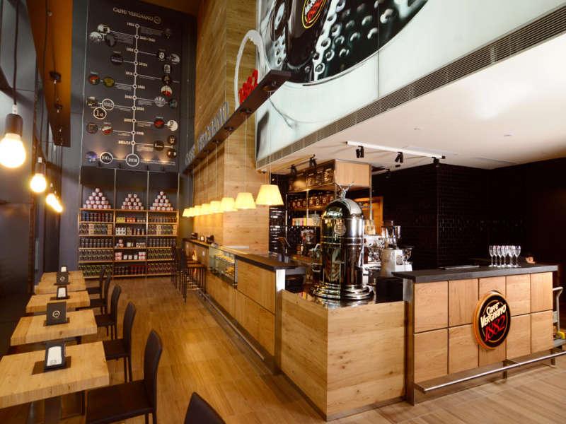 Bar caffè Vergnano 1882. Concetto di caffetteria elegante ma familiare per la degustazione e vendita di prodotti a marchio vergnano