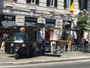Caffetteria Vergnano auf der Piazza Flaminio in Rom, vor dem der Kaffee von Ape TR geparkt ist