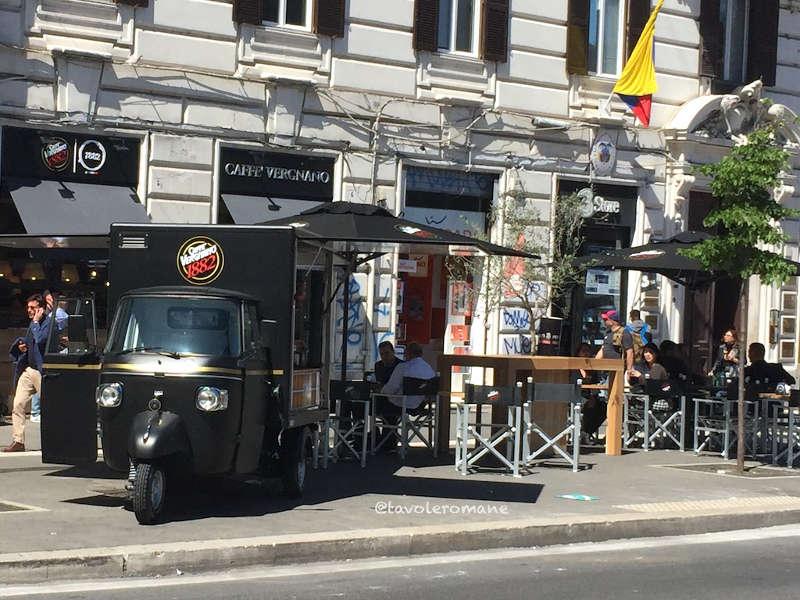 Caffetteria Vergnano in piazza Flaminio a Roma con Ape TR caffè posteggiata davanti