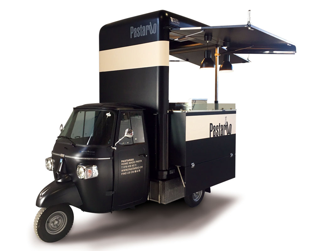 Ape street food cucina mobile per vendita pasta a Basilea in Svizzera. Colore nero e bianco panna