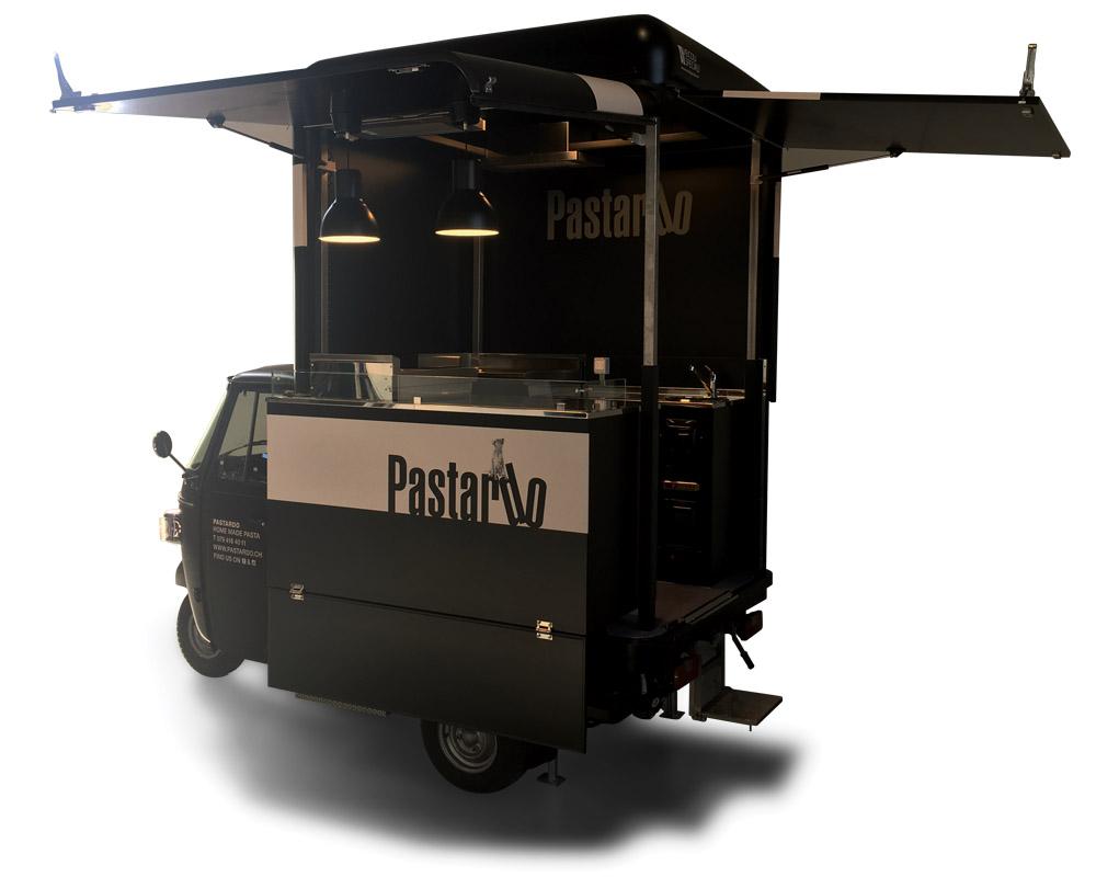 Ape Piaggio con cucina professionale per street food a Basilea in Svizzera. Colore nero