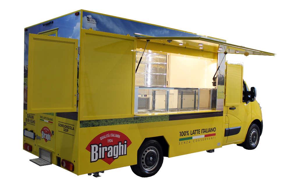 Furgone Food Truck Biraghi giallo aperto per vendita formaggi e promozione del marchio
