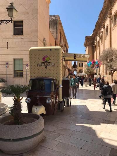 ape piaggio convertita in food truck per il commercio ambulante e la vendita di gelati su strada