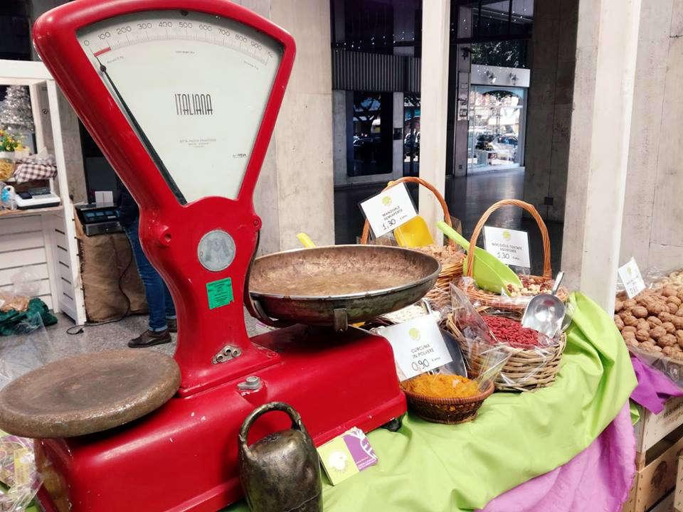 nel 2018 lo street food e il settore dei cibi di strada si apre agli agricoltori che potranno vendere cibo cucinato e manipolato. Nell'immagine una bilancia rossa e prodotti dal campo