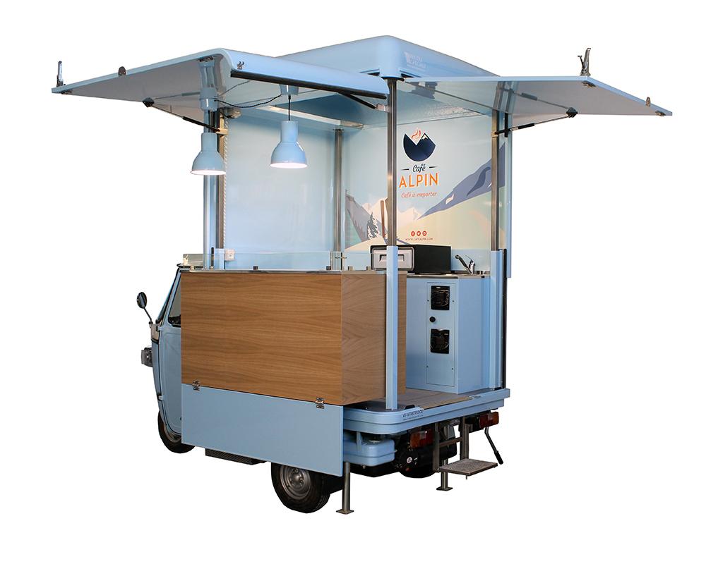 Ape Caffè per street food a Chamonix (Alpin). Caffetteria mobile di colore azzurro