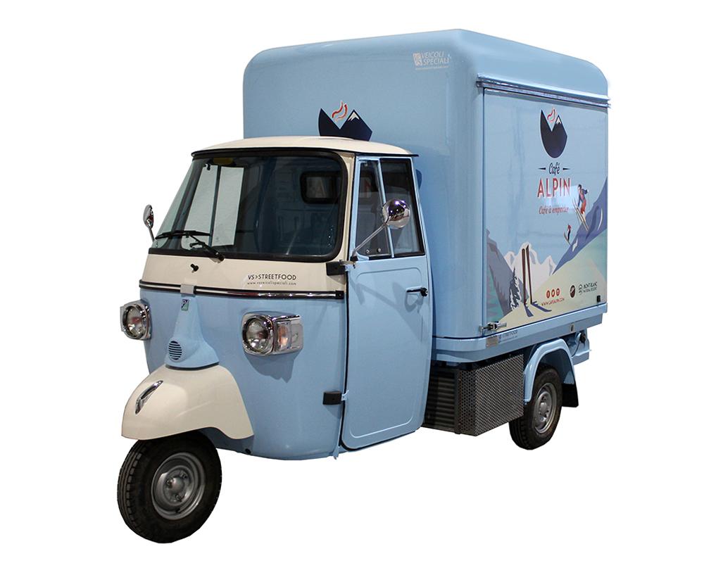 bar caffetteria ambulante alpin, food truck di colore celeste progettato per vendere bevande calde presso le piste di Chamonix