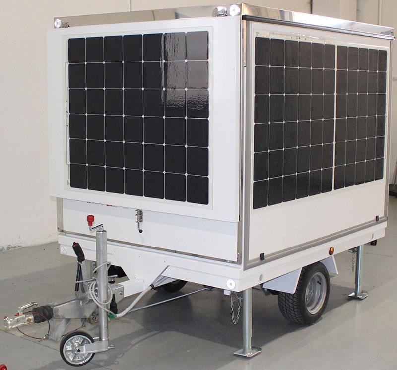 rimorchio cucina mobile con batteria e pannelli solari per un consumo energetico ecosostenibile. F-trailer progettato per il tesla destination tour
