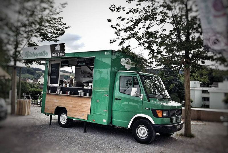 food truck mercedes kitchenette di colore verde opera nel commercio ambulante a zurigo