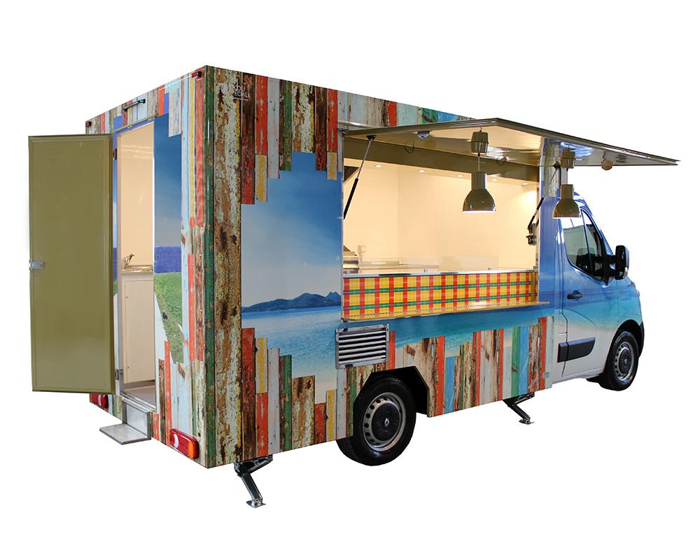furgoncino renault per street food a Milano. Renault Master con i colori del Guadalupe