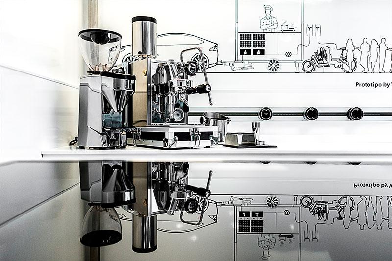 macchina da caffe espresso usata nella cucina mobile del rimorchio street food