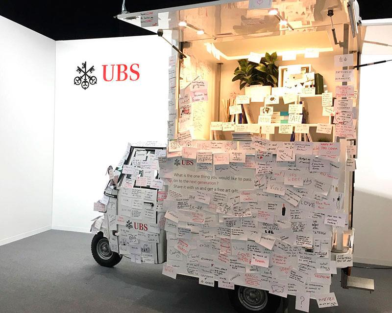 Ape Piaggio pour banque UBS utilisée comme un panneau d'affichage mobile