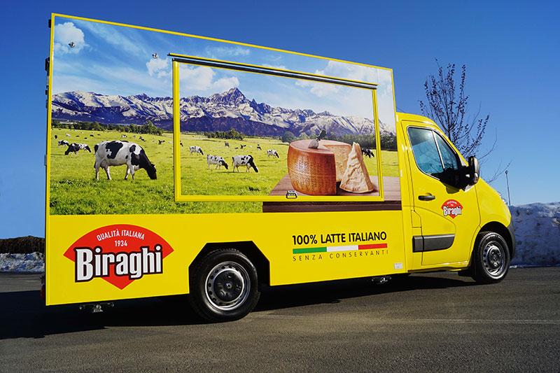 biraghi furgone promozionale renault master giallo per esposizione e vendita di formaggi