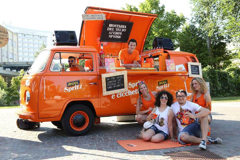 volkswagen t2 food truck aperol per promozione itinerante