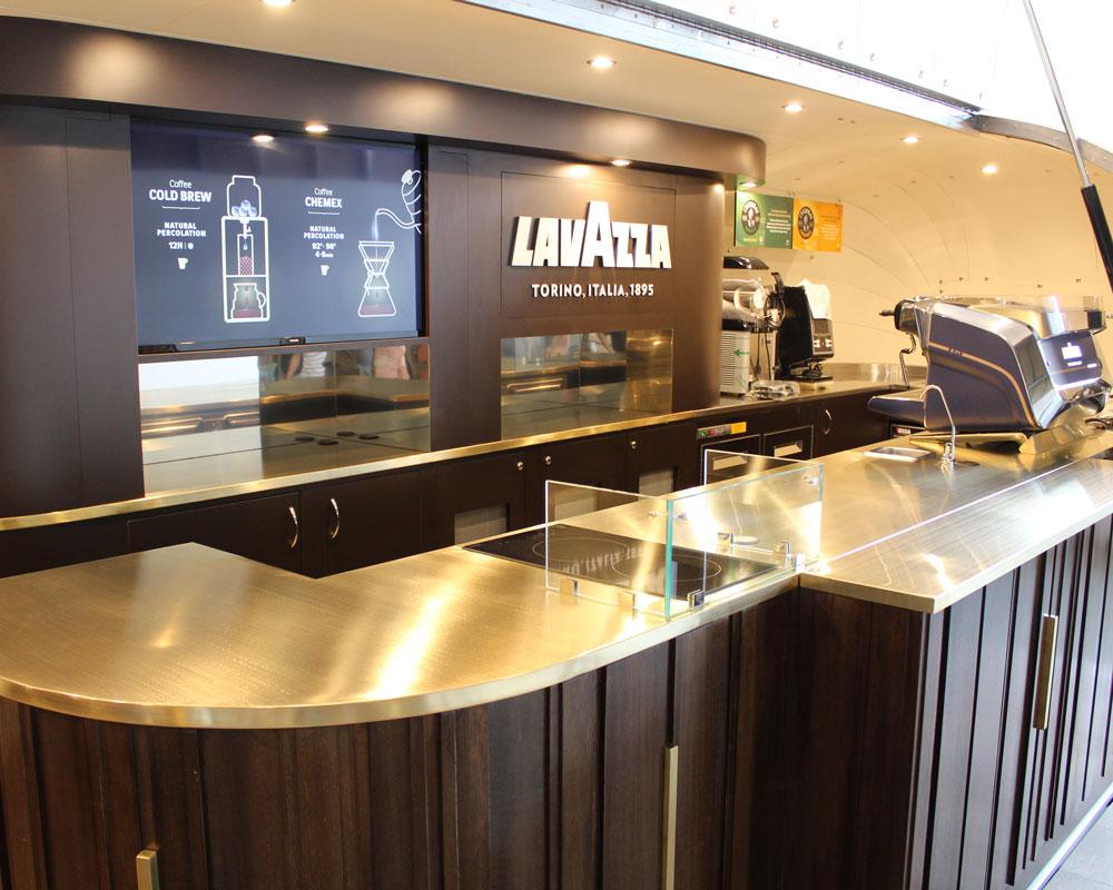 rimorchio street food airstream vintage caffe-bar mobile. Bancone di 12 metri, rivestimenti in pelle, piastre a induzione, macchina caffe Lavazza, schermo tv