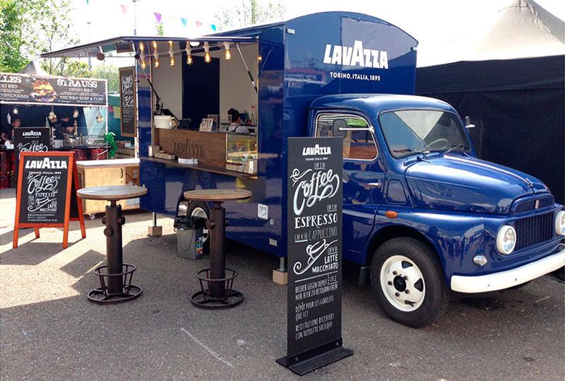 veicolo d'epoca fiat 616 di colore blu convertito in food truck vintage per la promozione del marchio lavazza