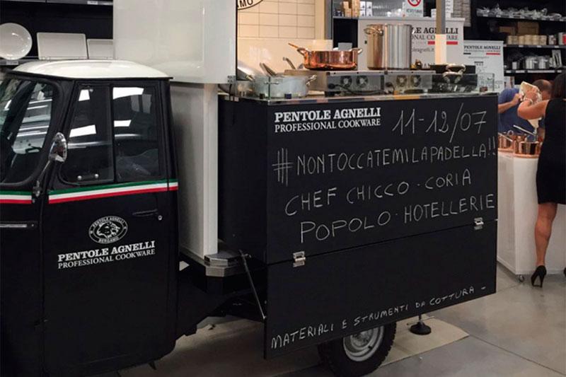 ape v-curve convertita in promo-truck vintage per pentole agnelli
