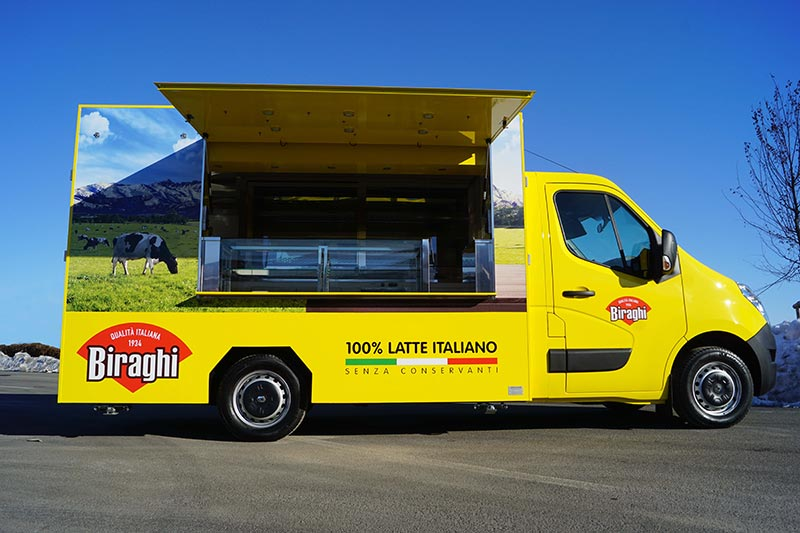 comprare food truck nuovo invece che usato conviene. Nella foto esempio del renault food truck realizzato per l'azienda casearia biraghi