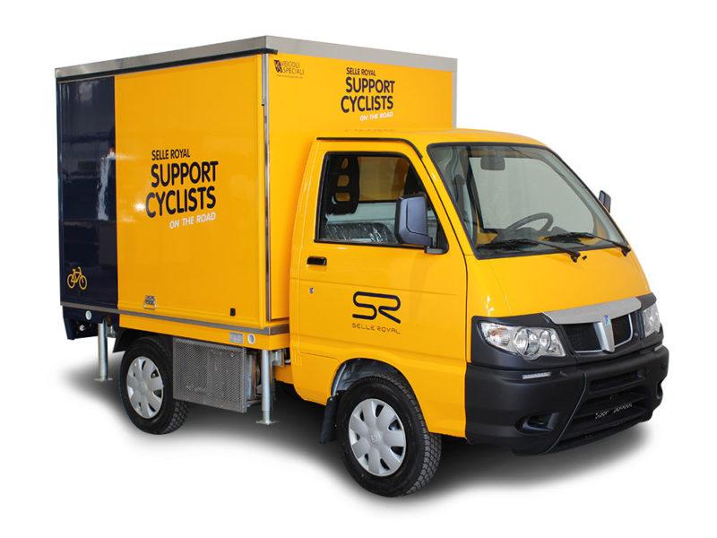 Vehicule Piaggio aménagé comme cafétéria mobile pour Selle Royal