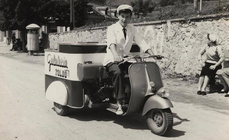 ape piaggio gelateria anni '50 una vespa che traina un carretto