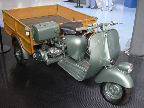 vespacar 1948 primo modello di ape piaggio, uno scooter che traina un carro