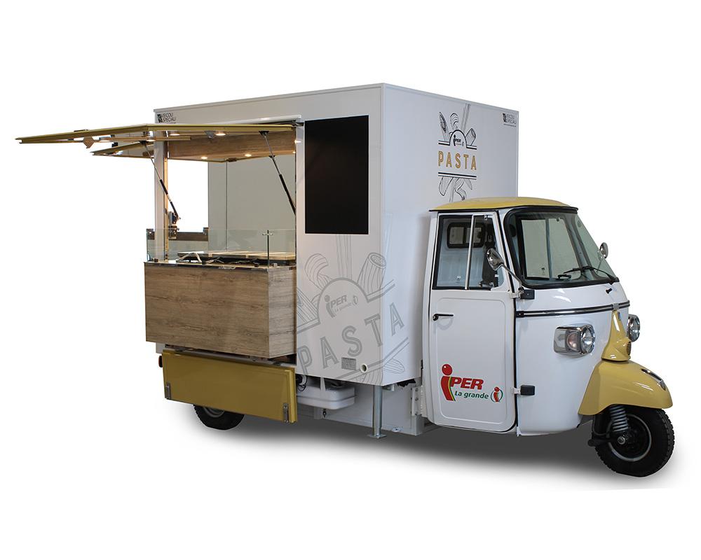 piaggio ape tr ristorante mobile che offre piatti di pasta fresca nei supermercati iper la grande
