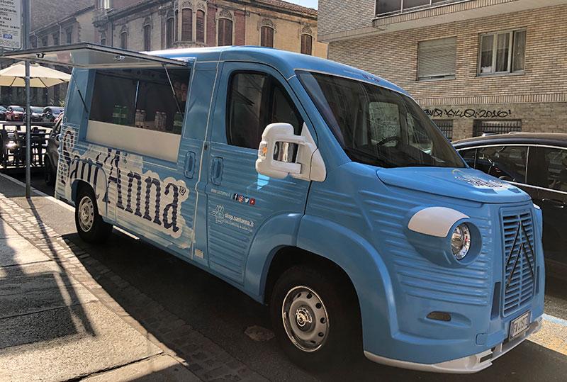 citroen type h food truck acqua sant'anna di colore celeste per promozione e vendita ad eventi e street marketing