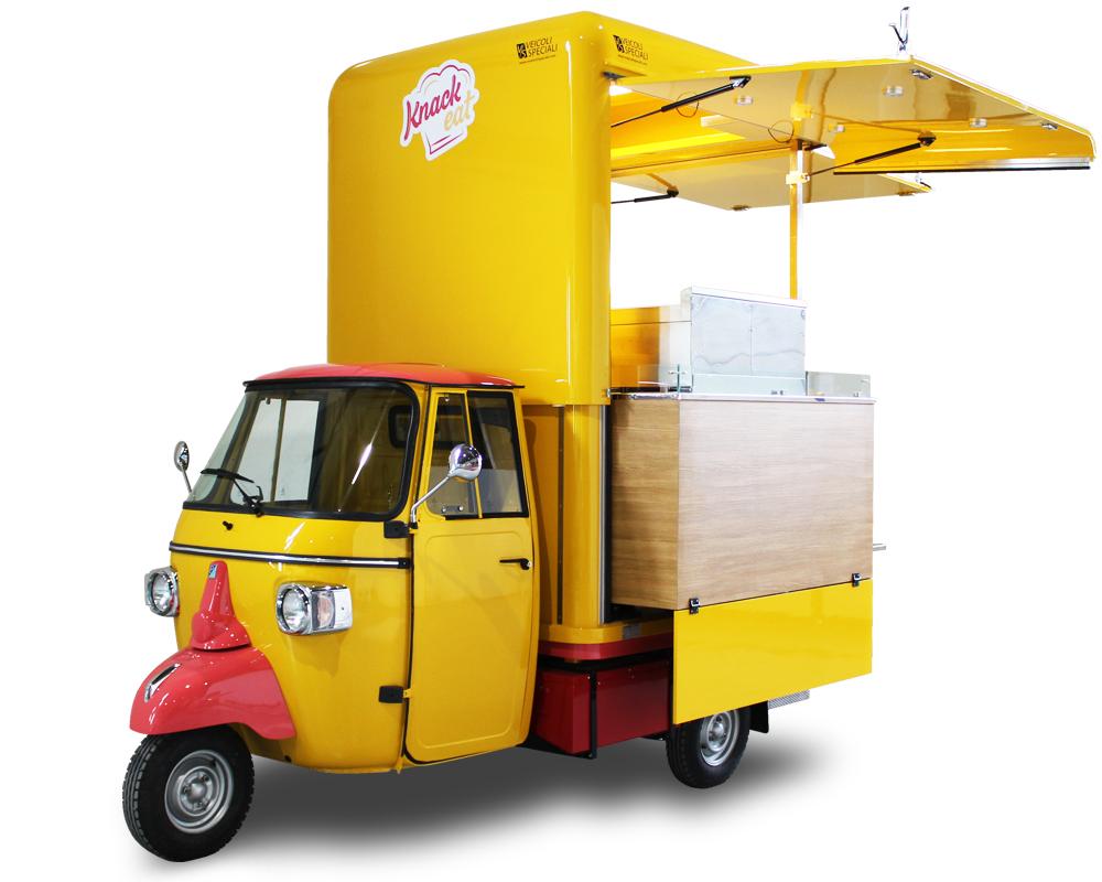 A Strasburgo un'Ape V-Curve ecologica con motore elettrico e batterie di larga autonomia vende street food locale e salcicce alsaziane