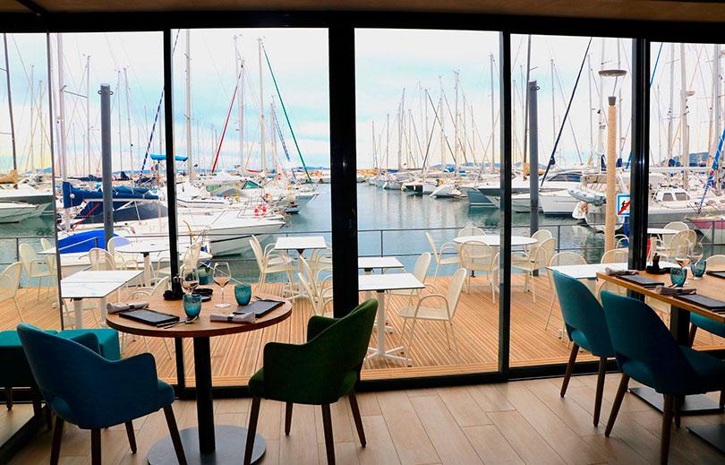 terrasse panoramique surplombant le port du lavandou du restaurant arbre au soleil en france dans le var